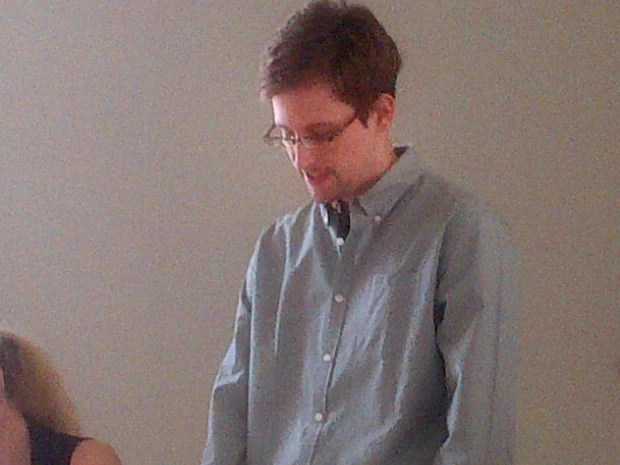O ex-consultor americano Edward Snowden é visto nesta sexta-feira (12) em Moscou, em imagem divulgada pela Human Rights Watch (Foto: AFP)