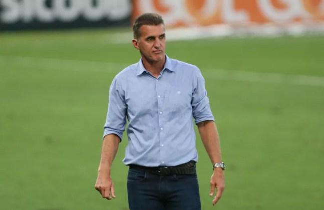 Vagner Mancini observa partida entre Cuiabá x América-MG, pela Série A — Foto: Gil Gomes/AGIF