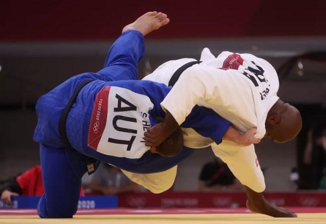 Teddy Riner aplica ippon em Stephan Hegyi no judô das Olimpíadas de Tóquio — Foto: Chris Graythen/Getty Images