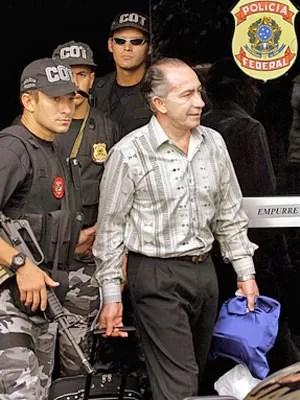 Lino Oviedo, ao deixar a sede da Polícia Federal em Brasília, em novembro de 2011 (Foto: AFP)