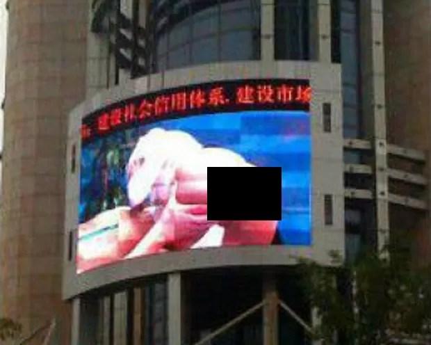 Filme pornográfico foi exibido tela no meio da praça (Foto: Reprodução)
