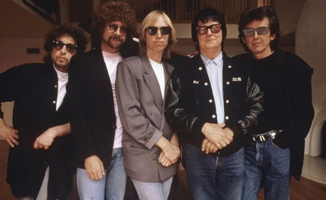Os integrantes da 'superbanda' Traveling Wilburys; a partir da esquerda: Bob Dylan, Jeff Lynne, Tom Petty, Roy Orbison e George Harrison  (Foto: Divulgação)