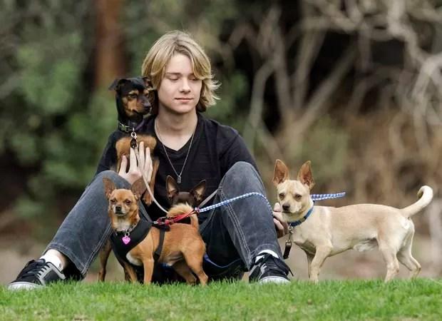 O jovem ator americano Lou Wegner, que fundou ONG para ajudar a adoção de animais (Foto: Damian Dovarganes/AP)