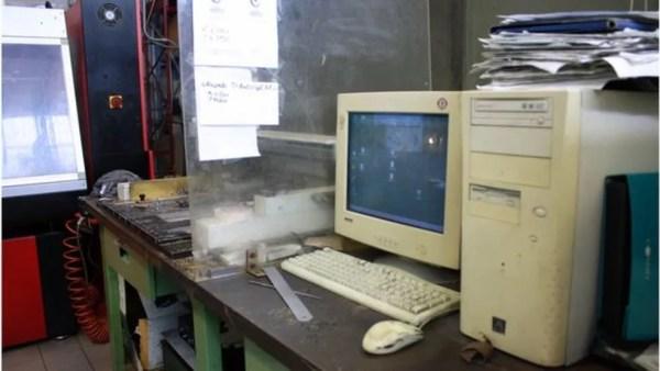 Um velho PC desktop bege rege a gravadora do nome que será inscrito na taça (Foto: Mariana Veiga)