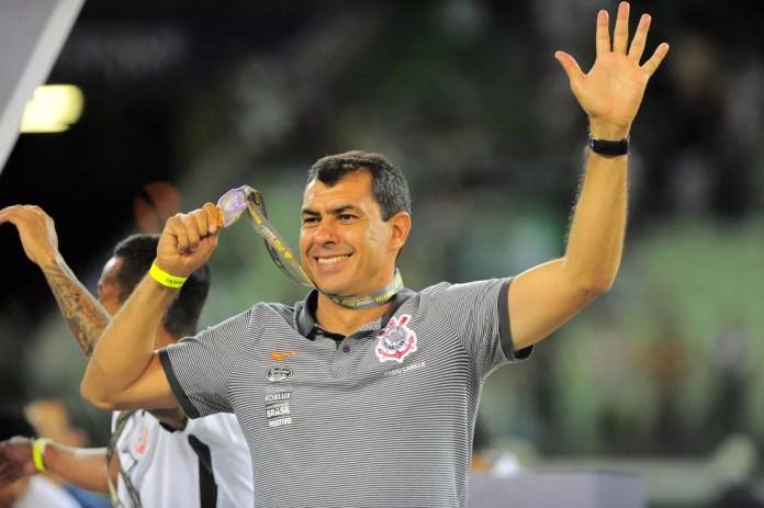 Fabio Carille comemora o título paulista (Foto: Marcos Ribolli)