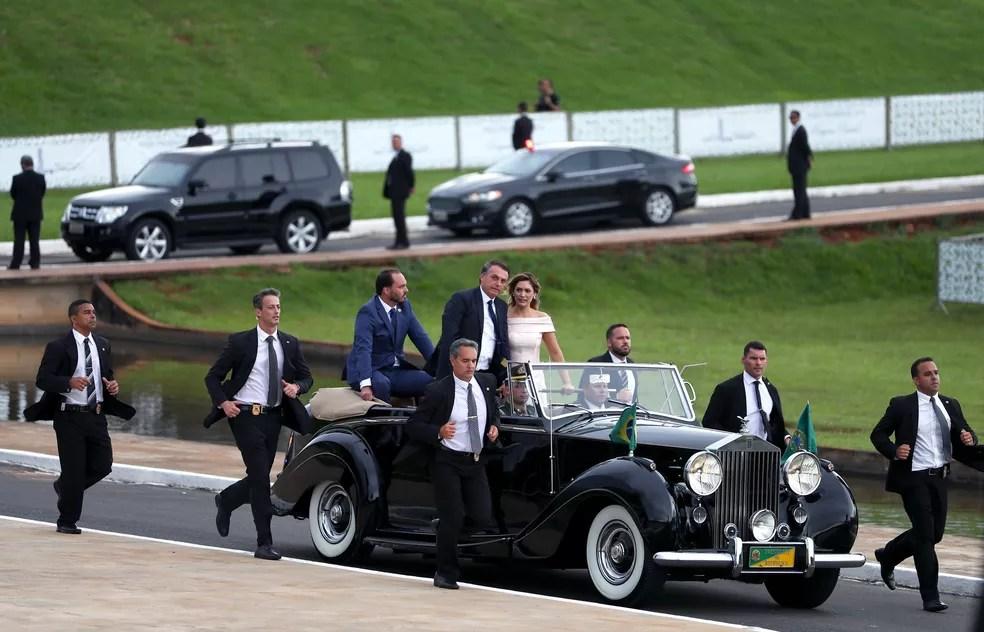 Jair Bolsonaro ao lado de Michelle Bolsonaro na chegada ao Congresso — Foto: Ricardo Moraes/Reuters