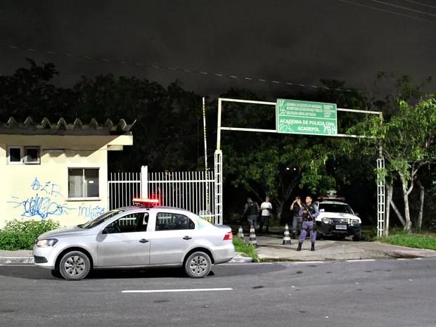Policiais Militares fecharam a entrada do Instituto Médico Legal (IML) para evitar tumulto (Foto: Indiara Bessa/G1 AM)