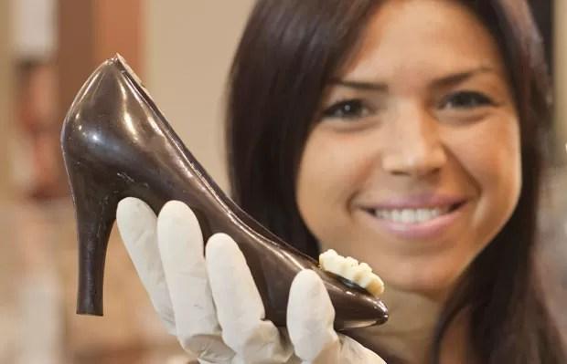 Jovem mostra guloseima na forma de sapato. (Foto: Carlo Hermann/AFP) Sweet Amado