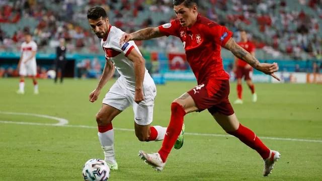 Zuber cruza para o terceiro gol da Suíça sobre a Turquia