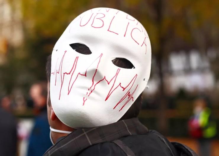 Um manifestante usa máscara durante passeata em apoio aos serviços de saúde pública em meio à pandemia da Covid-19 em Madrid , Espanha, em 29 de novembro — Foto: Javier Barbancho/Reuters
