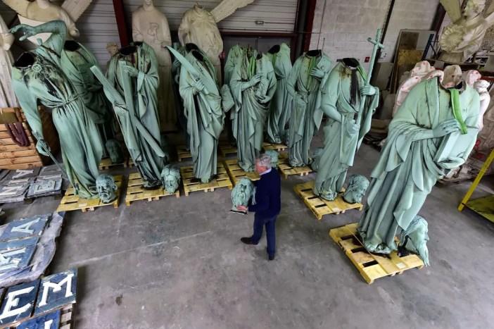 Patrick Palem, especialista em restauração patrimonial, caminha pelas estátuas que ficavam ao redor da torre da catedral de Notre-Dame em Paris. Estruturas tinham sido removidas para restauração para ateliê em Marsac-sur-Isle — Foto: Georges Gobet / AFP