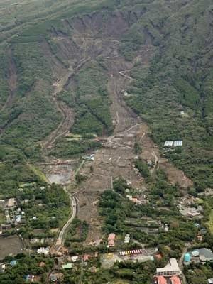 Deslizamento de terra atinge área residencial em Oshima. (Foto: Kyodo News / Via AP Photo)