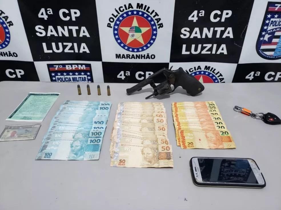 Arma e dinheiro apreendido com prefeito Chico Eduardo, no Maranhão — Foto: Divulgação / Polícia Militar