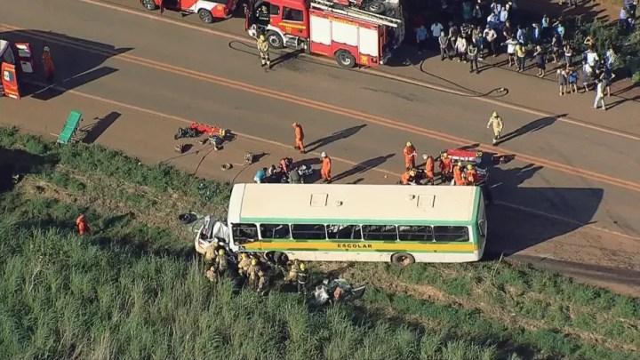 Acidente entre carro e ônibus escolas na BR-251, próximo ao Padef, no Paranoá (DF) — Foto: TV Globo/Reprodução