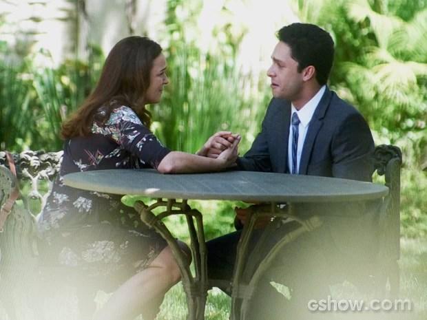 Neide emociona Rafael com o pedido de desculpa (Foto: Amor à Vida/TV Globo)