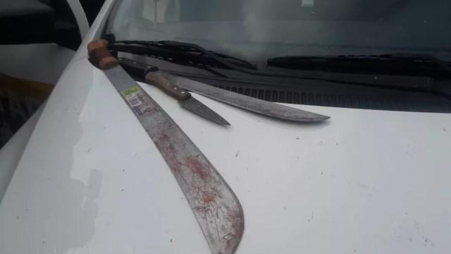 Facão usado por suspeito para atacar as vítimas — Foto: Ana Kézia/G1