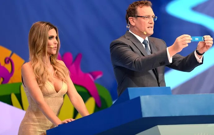 Fernanda Lima sorteio Copa do Mundo Brasil (Foto: AFP)