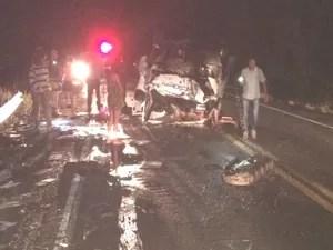 Cinco pessoas morreram depois de colisão entre dois carros na BR-324 (Foto: Gobyrios.com)