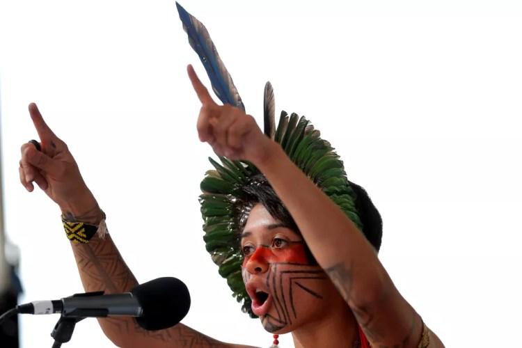 Ativista brasileira Artemisa Xakriaba faz discurso em protesto pelo clima em Nova York, Estados Unidos. — Foto: REUTERS/Lucas Jackson