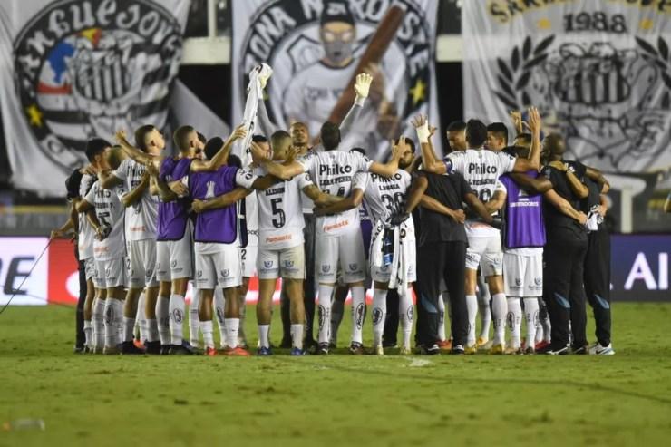 Jogadores do Santos rezam em campo após eliminar o Grêmio e avançar na Libertadores — Foto: Ivan Storti/Santos FC