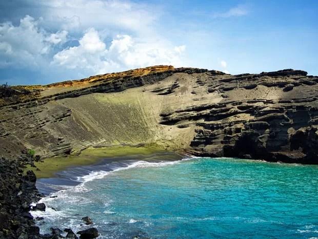 Banhistas na praia de Papakolea, no Havaí, que tem areia verde (Foto: Nanovid/Creative Commons)