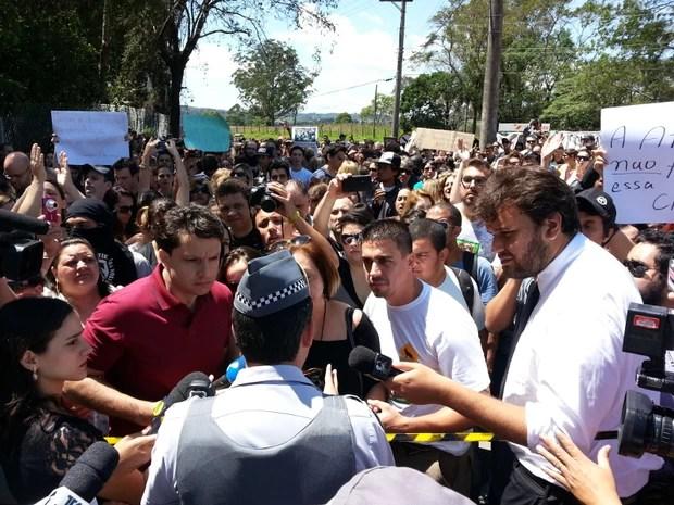 Manifestantes e policiais discutem em frente ao Instituto Royal (Foto: Geraldo Nacimento/G1)