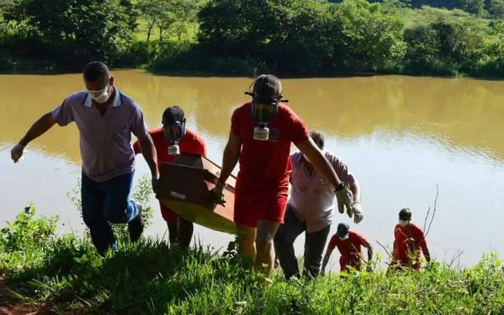 Corpos foram encontrados no Rio Pomba em Leopoldina  — Foto: Júlio Cabral/OVigilanteOnline