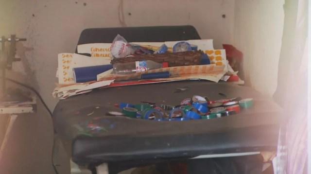 Maca empoeirada e velha serve de mesa para guardar fitas isolantes usadas na aplicação em Jaboticabal, SP (Foto: Alexandre Sá/EPTV)