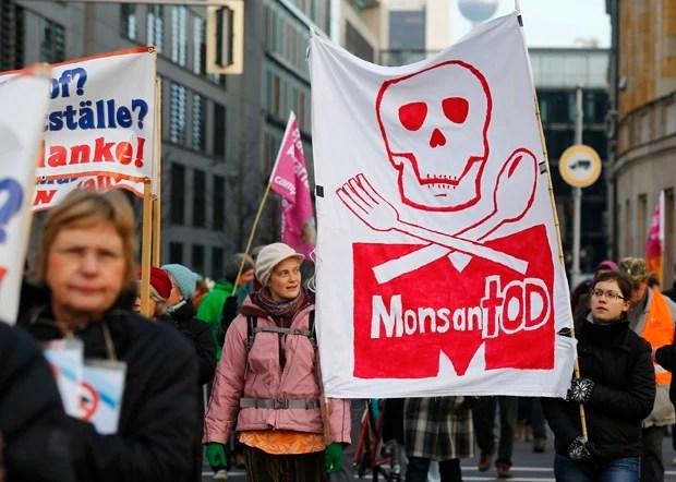 Manifestante segura faixa durante protesto em Berlim, na Alemanha (Foto: Tobias Schwarz/Reuters)