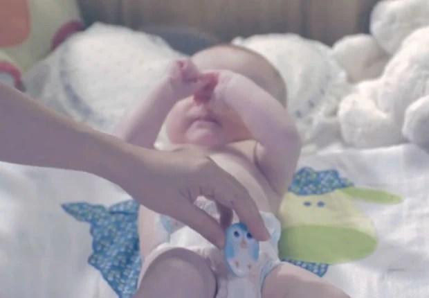 Em anúncio em vídeo, mãe coloca o TweetPee na fralda do bebê. Sensor identifica quando ele fez xixi e manda uma mensagem pelo Twitter para a mãe (Foto: Divulgação/Huggies)
