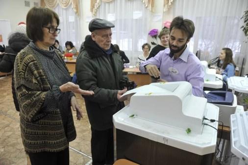 Russos votam em eleições presidenciais na Rússia (Foto: AP Photo/Vladimir Zhabrikov)