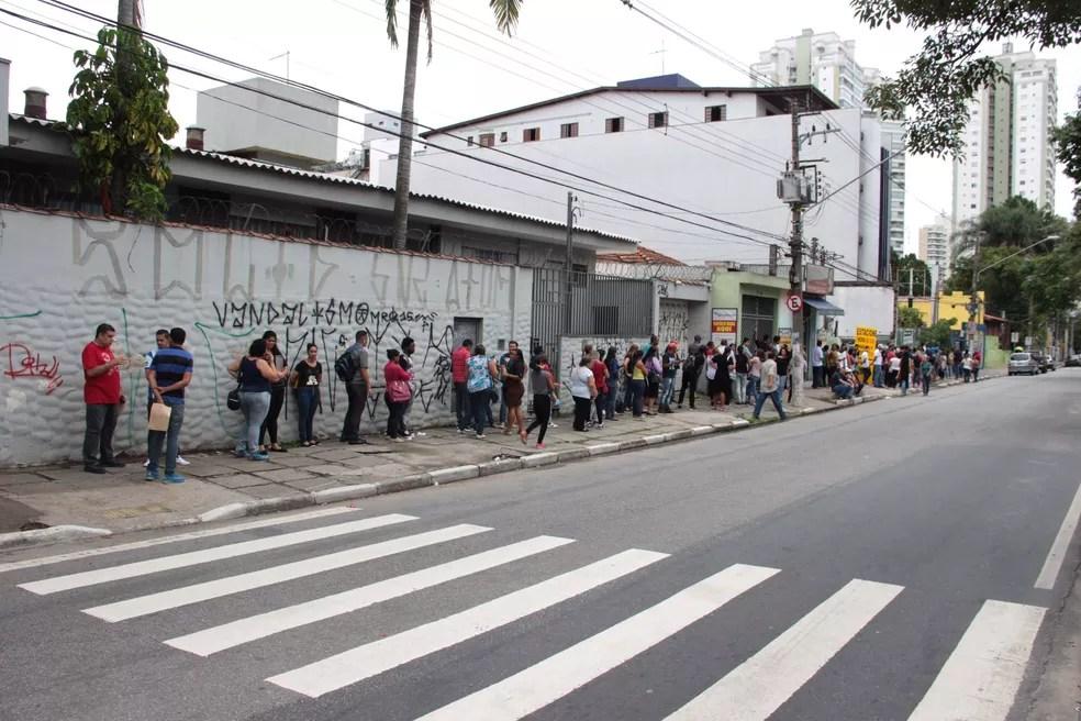 Fila de desempregados em frente ao Centro Integrado de Emprego, Trabalho e Renda no centro de Guarulhos (SP), em dezembro (Foto: Humberto França/Futura Press/Estadão Conteúdo)