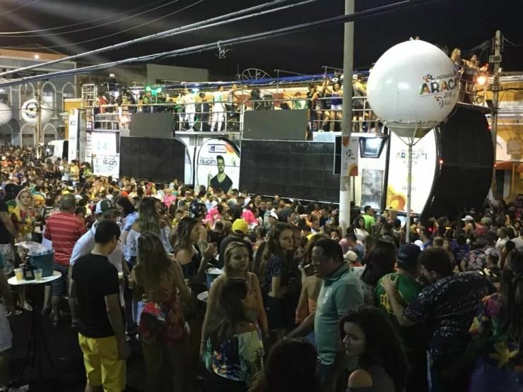 Dois trios elétricos circulam simultaneamente pelas ruas do centro da cidade com as principais atrações (Foto: André Teixeira/G1 CE)
