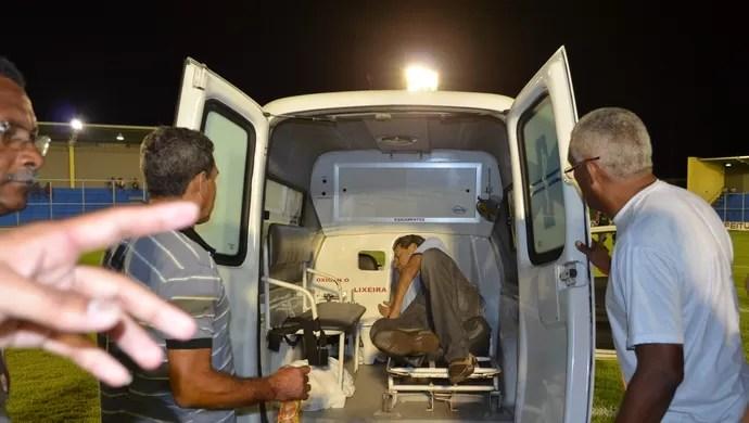 Dorivaldo Pereira, médico Santa Cruz-PB, na ambulância (Foto: Rammom Monte / GloboEsporte.com/pb)
