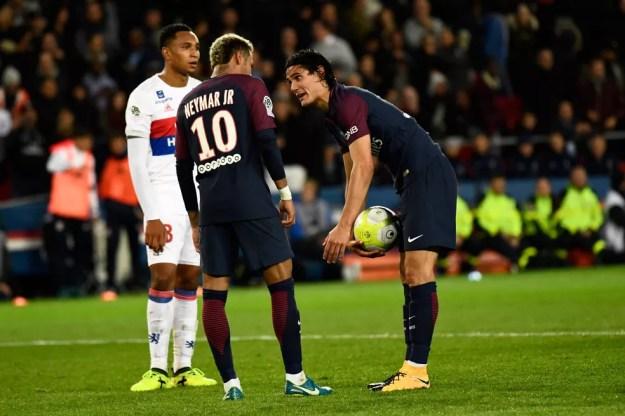 Neymar pede a Cavani para cobrar pênalti, mas uruguaio não deixa: camisa 9 tem bônus caso seja artilheiro do Francês (Foto: Christophe Simon/AFP)