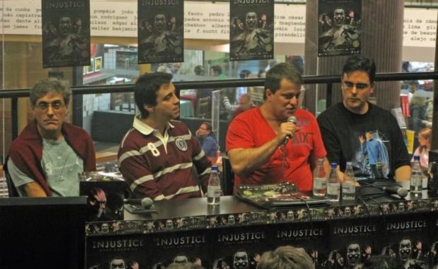 parte dos dubladores de 'Injustice' participou de evento de lançamento em São Paulo. Da esquerda para a direita da foto estão  Ettori Zuin (Batman), Philippe Maia (Lanterna Verde), Manolo Rey (Asa Noturna) e Guilherme Briggs (Superman) (Foto: Gustavo Petró/G1)