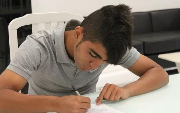 Gabigol assina seu primeiro contrato com o Santos (Foto: Divulgação Santos FC)