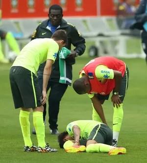 Neymar machucado treino Brasil Seleção (Foto: Mowa Press)