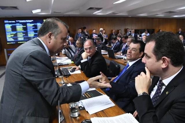 O secretário especial de Previdência e Trabalho, Rogério Marinho, conversa com senadores durante a sessão da CCJ do Senado nesta terça (1º) — Foto: Geraldo Magela/Agência Senado