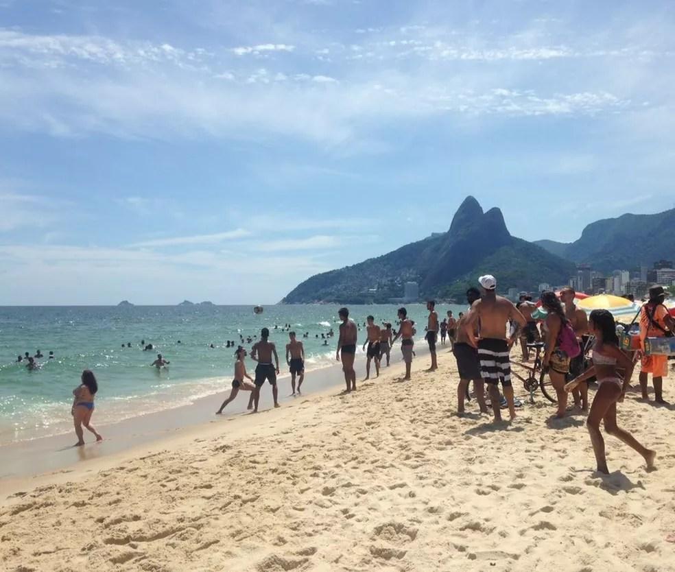 Ipanema tem praia lotada na tarde desta terça-feira (10) (Foto: Marina Melo/Arquivo Pessoal)