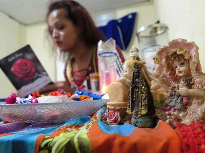 Katia afirma que se reergueu após conhecer a umbanda. — Foto: Liliane Souza/G1 Santos