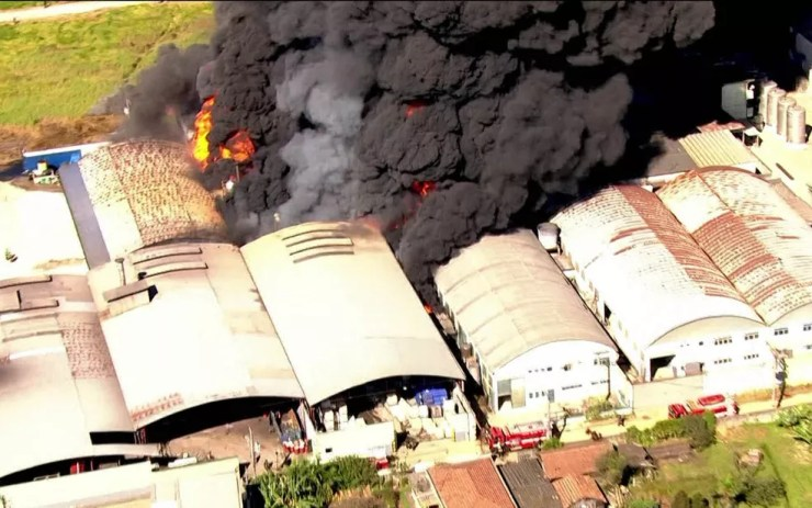 Fogo atinge galpões de fábrica em Guarulhos (Foto: Reprodução/TV Globo)