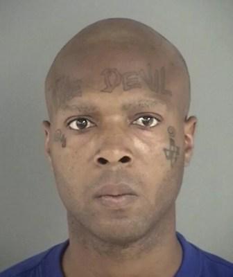 Alfonzo Anthony tatou 'The Devil' ('O Diabo') na testa. (Foto: Divulgação)