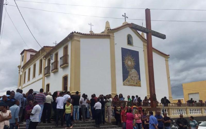 Missa de corpo presente para artista plástico ficou lotada (Foto: Anna Valéria/ TV Bahia)