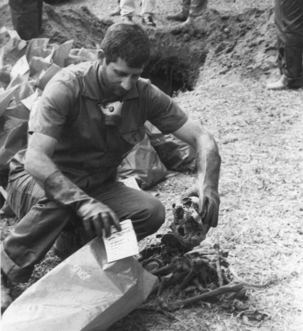 Foto de setembro de 1990 mostra funcionário colocando em sacos plásticos cerca de 1.500 ossadas encontradas em uma vala do cemitério Dom Bosco em Perus, Zona Norte da capital. (Foto: Itamar Miranda/Estadão Conteúdo/Arquivo)