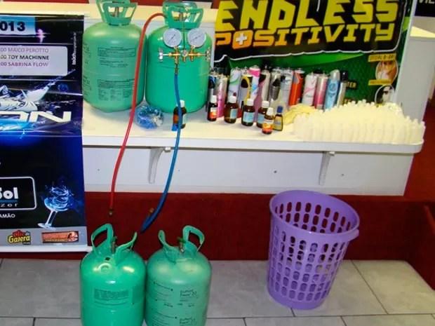 Botijões de gás e frascos da droga foram apreendidos no laboratório (Foto: Divulgação/Polícia Civil)
