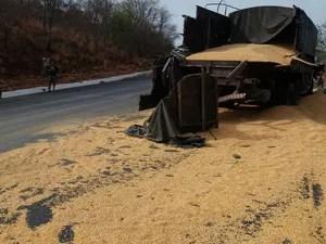 Carga foi derrubada na pista após acidente na madrugada deste sábado (Foto: Blog do Sigi Vilares)