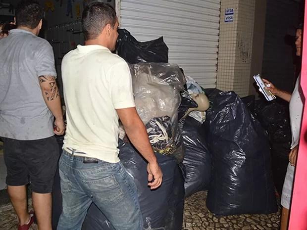 Logistas tiram objetos de lojas que não foram atingidas pelas chamas (Foto: Ed Santos/Acorda Cidade)