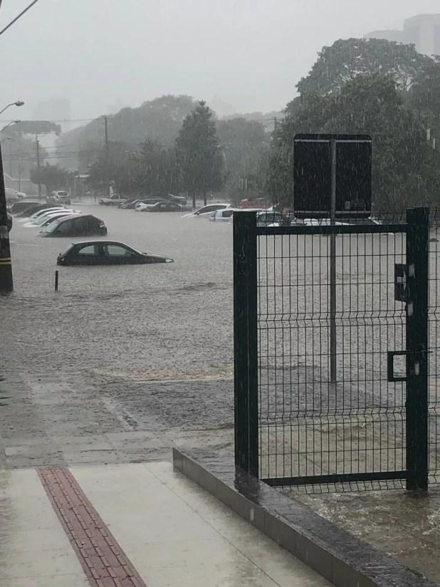 Estacionamento da PUC ficou alagado na tarde desta quinta-feira (21), em Curitiba — Foto: Giovandro Goles/Arquivo pessoal