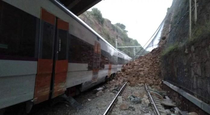 Foto mostra deslizamento de terra que colidiu com trem e ocasionou descarrilamento nesta terça-feira (20) na Espanha — Foto: Anti-radar Catalunya via AP